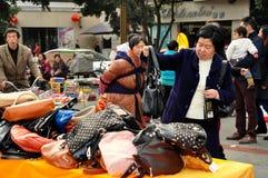 彭州,中国: 手袋的妇女购物 图库摄影