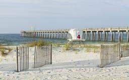 彭萨科拉海滩沙丘和渔码头 图库摄影