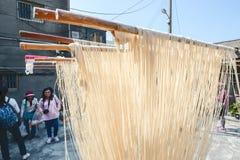 彰化陆康福兴手工制造面条- 2017年10月22日:传统方式烘干美好的面粉在台湾 免版税图库摄影