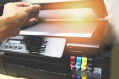 影印机概念-在打印机墨水的商人手开放纸扫描器拷贝机器供应的在办公室 库存图片