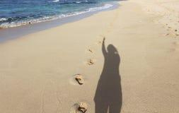 阴影和脚印在海滩 免版税图库摄影