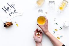 影响酒精平衡模糊不清的瓶脑子协调睡意被喝被注视的恶习跟随查找损失人恶心贫寒进程回应减慢的更慢的被忽略的演讲想法时间不协调的非常呕吐方式酒的藏品 Drunkennes 词在玻璃和瓶附近帮助我在白色背景顶视图复制空间 图库摄影