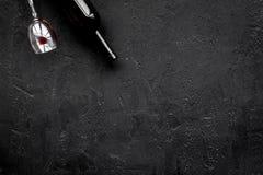 影响酒精平衡模糊不清的瓶脑子协调睡意被喝被注视的恶习跟随查找损失人恶心贫寒进程回应减慢的更慢的被忽略的演讲想法时间不协调的非常呕吐方式酒的藏品 Drunkennes 玻璃和瓶在黑背景顶视图拷贝空间 库存图片