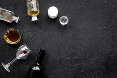 影响酒精平衡模糊不清的瓶脑子协调睡意被喝被注视的恶习跟随查找损失人恶心贫寒进程回应减慢的更慢的被忽略的演讲想法时间不协调的非常呕吐方式酒的藏品 Drunkennes 玻璃和瓶在黑背景顶视图拷贝空间 免版税图库摄影
