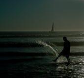 影子插入水的人海滩 免版税库存照片