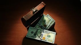 影子经济 100美元 金钱在古老胸口下降100美元钞票 艺术性的背景 影视素材
