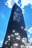 影片作用 与蓝色窗口和蓝天的高层办公室塔 现代办公楼, skycrapers在商业区 库存照片