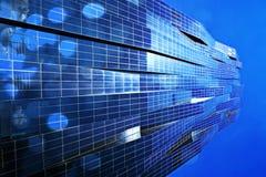 影片作用 与蓝色窗口和蓝天的高层办公室塔 现代办公楼, skycrapers在商业区 库存图片