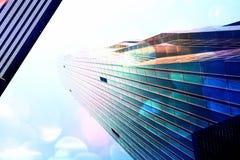 影片作用 与蓝色窗口和蓝天的高层办公室塔 现代办公楼, skycrapers在商业区 免版税库存图片