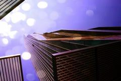 影片作用 与蓝色窗口和蓝天的高层办公室塔 现代办公楼, skycrapers在商业区 免版税库存照片