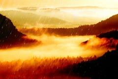 影片作用 在多小山landcape的桃红色破晓 在的秋天有薄雾的早晨美丽的小山 小山峰顶  免版税库存图片