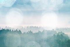 影片作用 在多小山landcape的桃红色破晓 在的秋天有薄雾的早晨美丽的小山 小山峰顶  库存照片