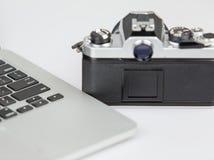 影片照相机和膝上型计算机 免版税库存照片