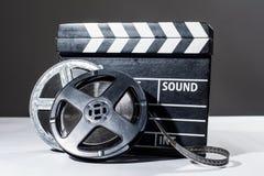 影片照相机黑板和卷 免版税库存照片