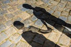 阴影的两个孩子 免版税库存照片