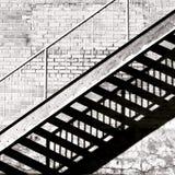 阴影的在砖墙上的台阶 免版税图库摄影
