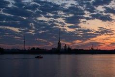 彼得和保罗堡垒和内娃在日出前,圣彼德堡,俄罗斯 库存图片