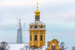 彼得和保罗堡垒和在背景中一个新的最高的摩天大楼在欧洲- Lakhta中心 俄国 圣彼德堡 Decemb 免版税库存图片