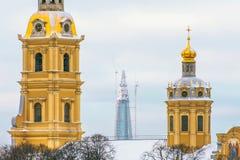 彼得和保罗堡垒和在背景中一个新的最高的摩天大楼在欧洲- Lakhta中心 俄国 圣彼德堡 Decemb 库存图片
