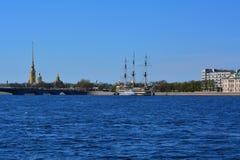 彼得和保罗堡垒和大型驱逐舰Blagodat看法在圣彼德堡,俄罗斯 免版税库存图片