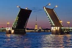 彼得和保罗堡垒和开放宫殿桥梁 库存照片