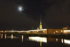 彼得和保罗堡垒在晚上,圣彼德堡,俄国 免版税库存图片