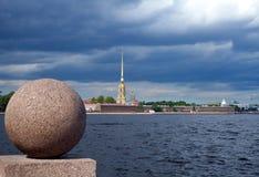 彼得和保罗堡垒在有花岗岩的球的圣彼德堡 免版税库存照片