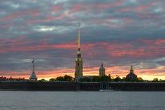 彼得和保罗堡垒在阴沉的日落天空下在5月晚上 桥梁okhtinsky彼得斯堡俄国圣徒 免版税库存照片