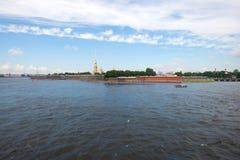 彼得和保罗堡垒的全景在一多云7月天 大教堂圆屋顶isaac ・彼得斯堡俄国s圣徒st 免版税库存照片