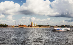 彼得和保罗堡垒的看法从内娃河的 免版税图库摄影