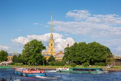 彼得和保罗堡垒,在内娃河的观光的小船  库存照片
