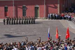 彼得和保罗堡垒(城市博物馆)的仪仗队排在堡垒的被铺的庭院里 库存照片