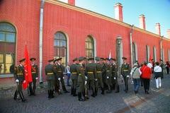 彼得和保罗堡垒(城市博物馆)的仪仗队排在堡垒的被铺的庭院里 图库摄影