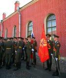 彼得和保罗堡垒(城市博物馆)的仪仗队排在堡垒的被铺的庭院里 免版税图库摄影