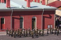 彼得和保罗堡垒(城市博物馆)的仪仗队排在堡垒的被铺的庭院里 免版税库存图片