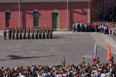 彼得和保罗堡垒(城市博物馆)的仪仗队排在堡垒的被铺的庭院里 免版税库存照片