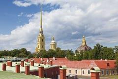 彼得和保罗大教堂和同一个名字堡垒的屋顶的看法 图库摄影