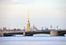 彼得和保罗大教堂和宫殿桥梁 免版税库存图片