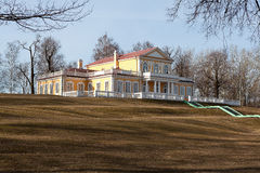 彼得大帝旅行宫殿在Strelna。 库存照片