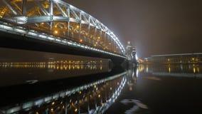 彼得大帝桥梁在圣彼德堡在晚上 库存照片