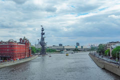 以彼得大帝纪念碑为目的莫斯科地平线从莫斯科河在夏天 免版税库存照片