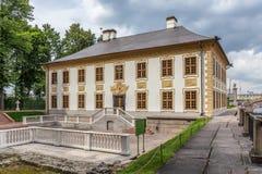 彼得大帝颐和园在夏天庭院里在圣彼德堡 图库摄影