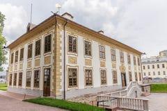 彼得大帝颐和园在夏天庭院里在圣彼德堡 库存照片