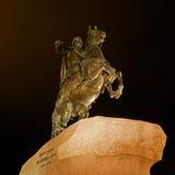 彼得大帝-古铜色御马者著名雕象在圣彼得堡 种族分界线晚上摄影 免版税图库摄影