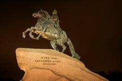 彼得大帝-古铜色御马者著名雕象在圣彼得堡 种族分界线晚上摄影 库存照片
