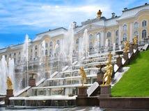 彼得宫殿的喷泉。 免版税库存图片
