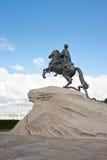 彼得我在蓝天的纪念碑 圣彼德堡 图库摄影