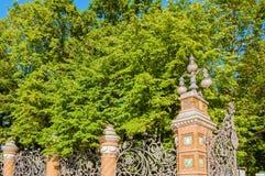 彼得斯堡俄国st Michaels庭院的篱芭在圣彼德堡,俄罗斯在晴朗的夏日 免版税库存照片
