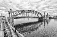 彼得斯堡圣徒 俄国 由Bolsheokhtinsky桥梁的一位孤独的渔夫 免版税库存图片