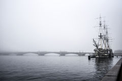 彼得斯堡,俄罗斯, 10月3日:在雾的一艘老船我neva河 免版税图库摄影